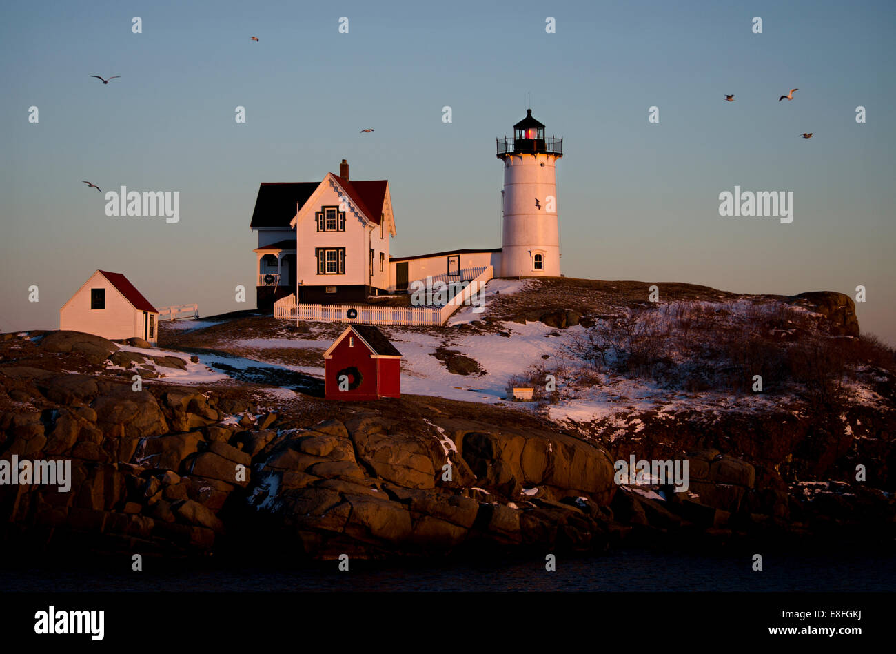 USA (Maine), comté de York, Cape Neddick Lighthouse coucher du soleil en hiver Photo Stock