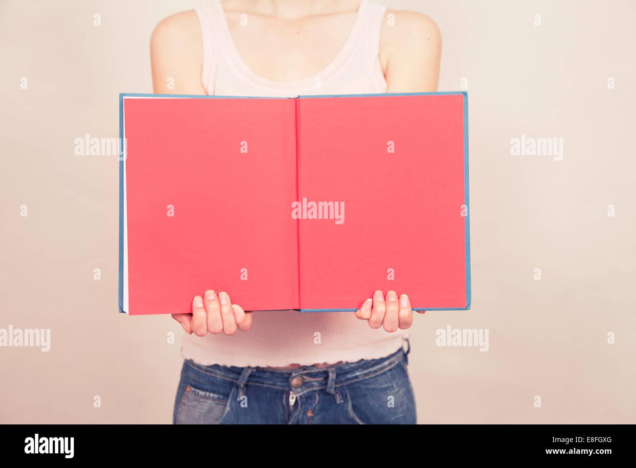 Woman holding livre ouvert avec des pages blanches Banque D'Images