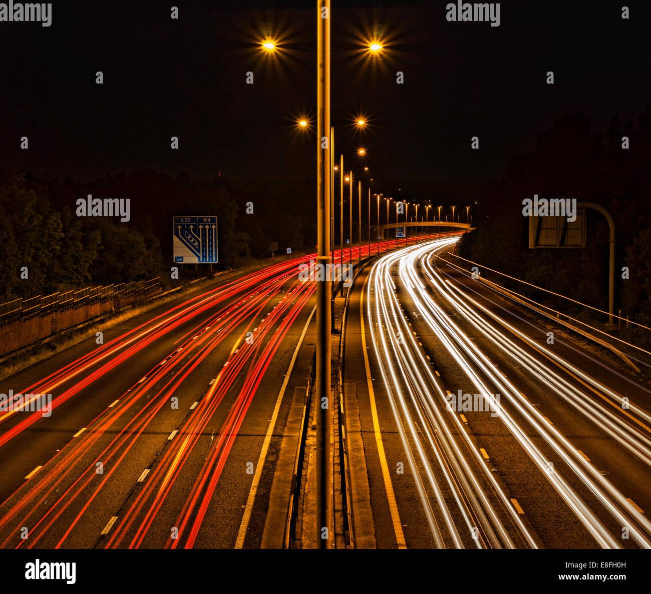 Des sentiers de lumière sur l'autoroute Banque D'Images