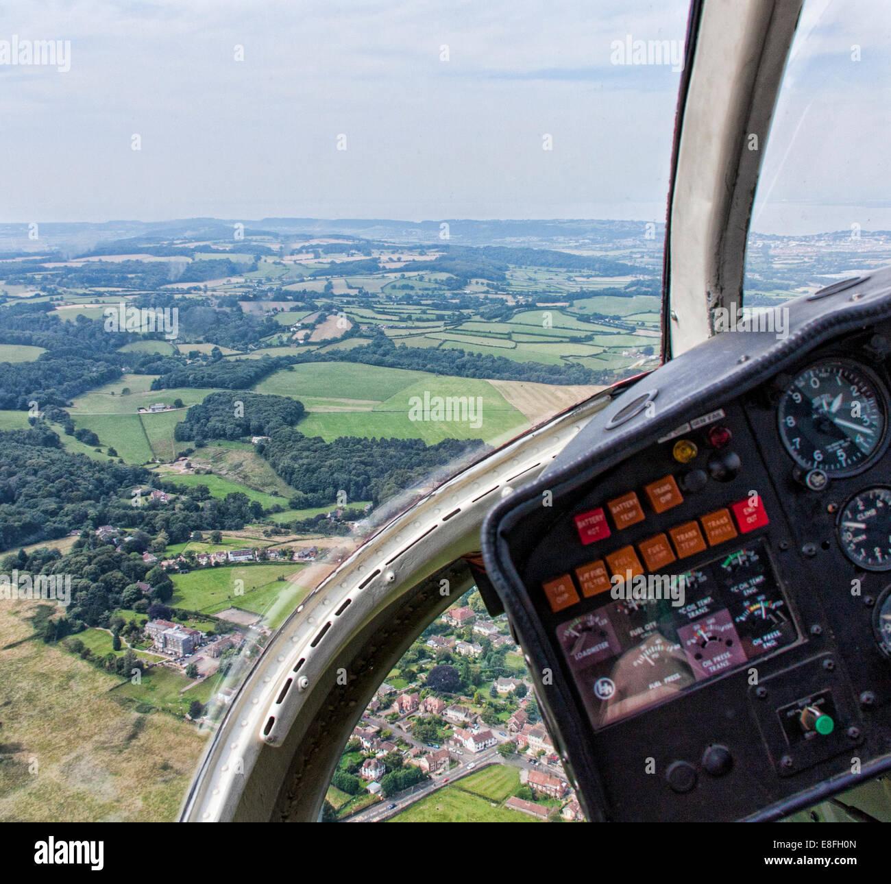 Paysage rural de l'intérieur d'un hélicoptère, England, UK Photo Stock