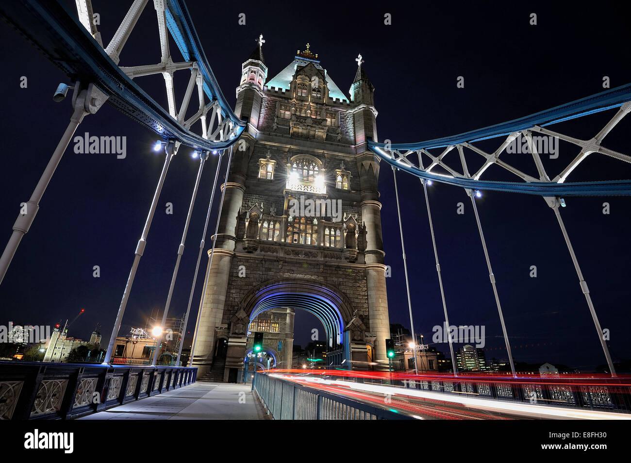 Royaume-uni, Angleterre, Londres, vue de Tower Bridge at night Photo Stock