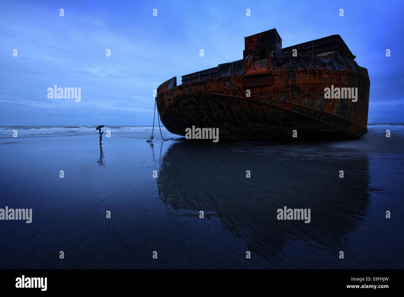 Boy (14-15) écrasés par d'énormes barges abandonnés Photo Stock