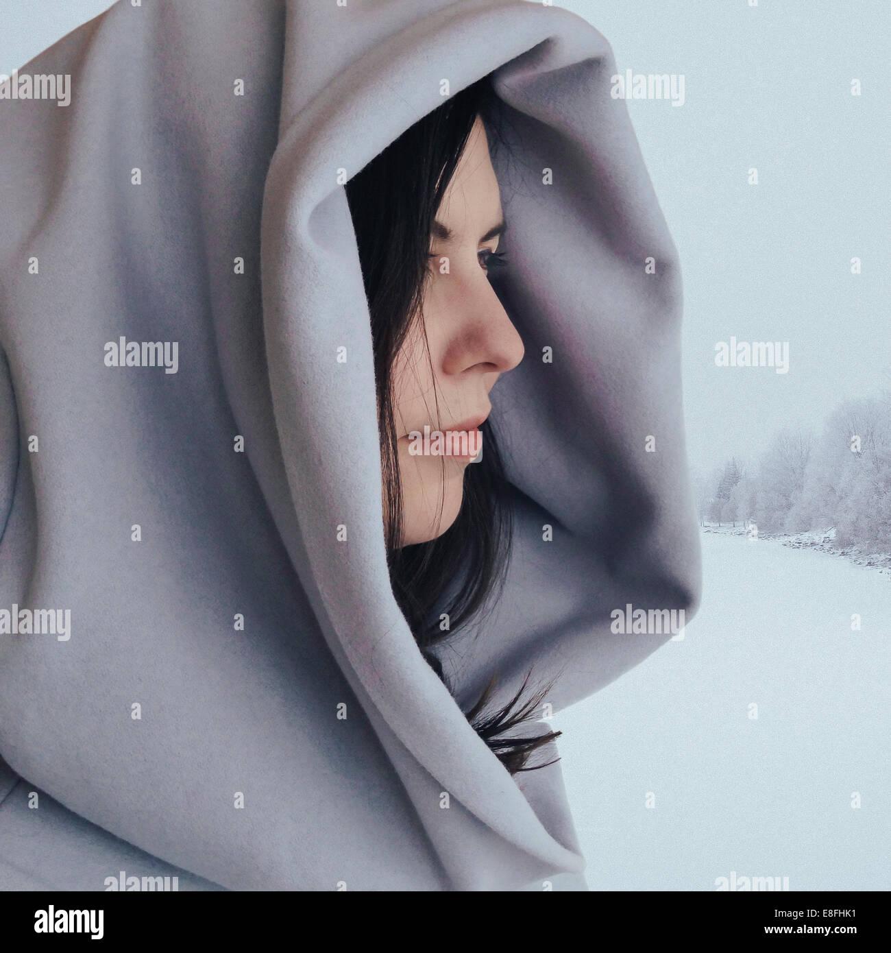 Portrait d'une femme portant un manteau à capuchon Photo Stock