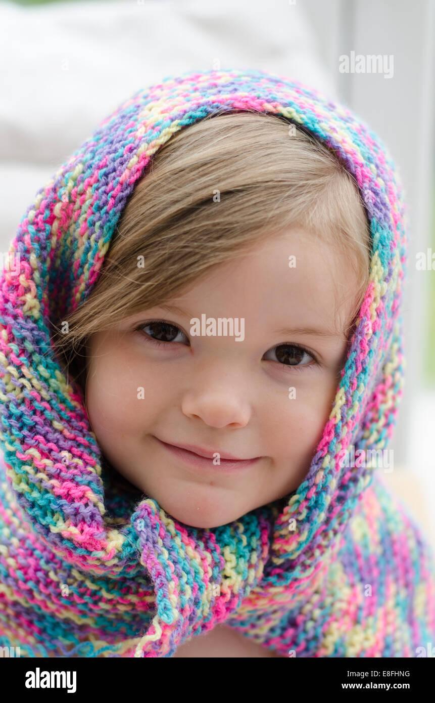Portrait d'une jeune fille dans l'écharpe colorée Photo Stock