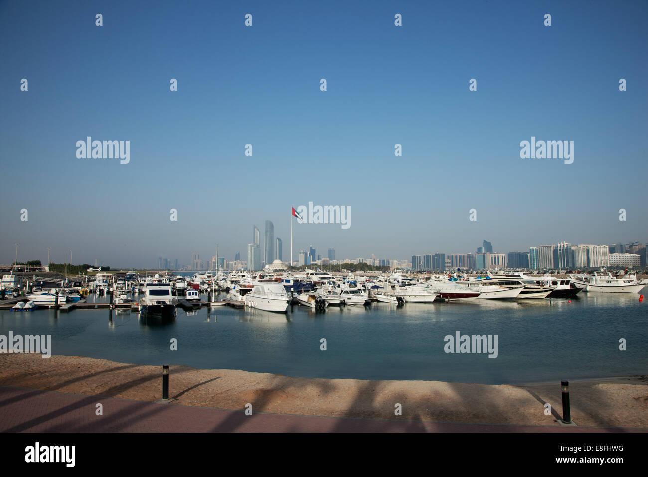 Emirats arabes unis, Abu Dhabi, Skyline avec Harbour en premier plan Photo Stock