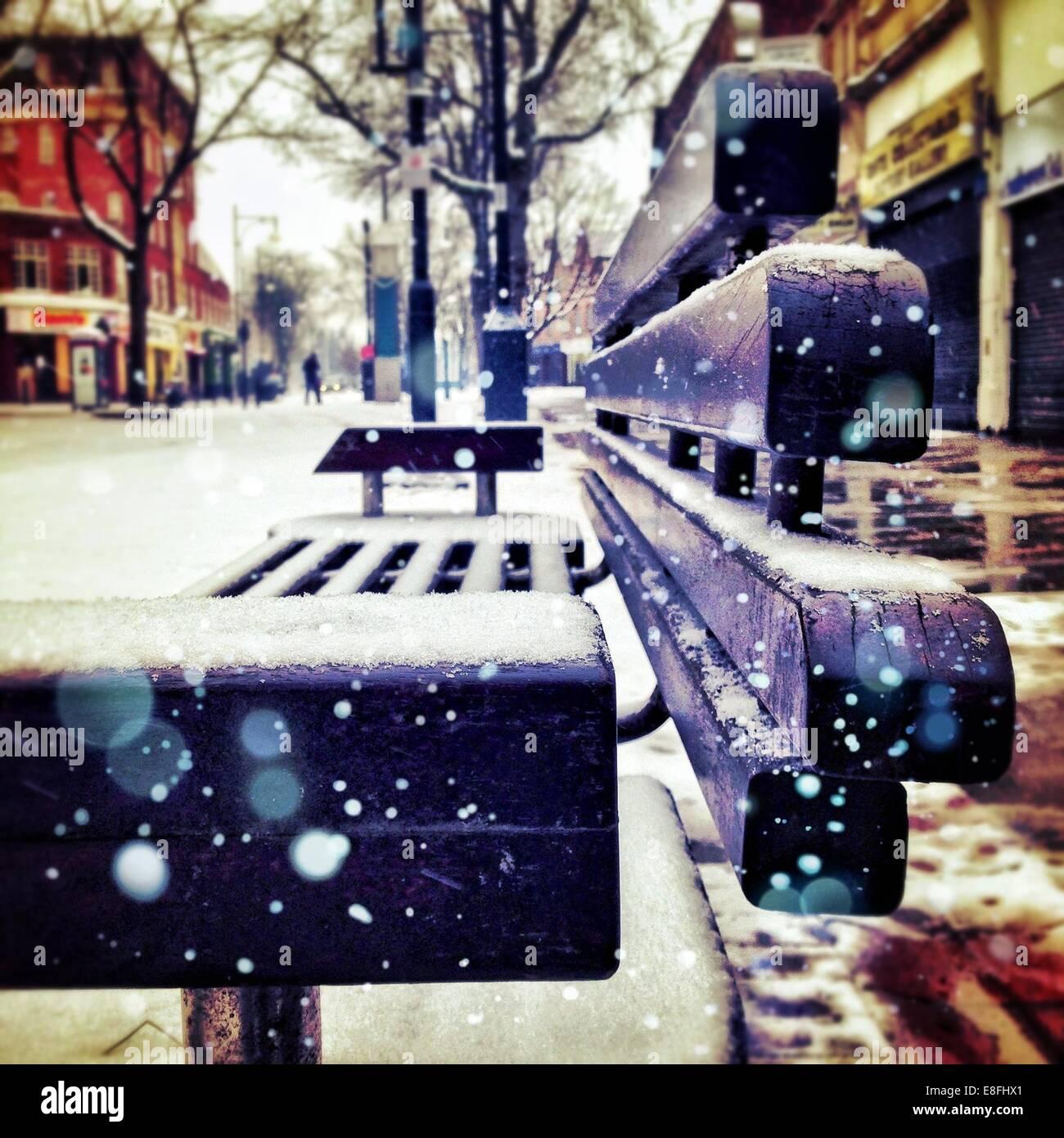 Close-up of street banc couvert par la neige fraîche Photo Stock