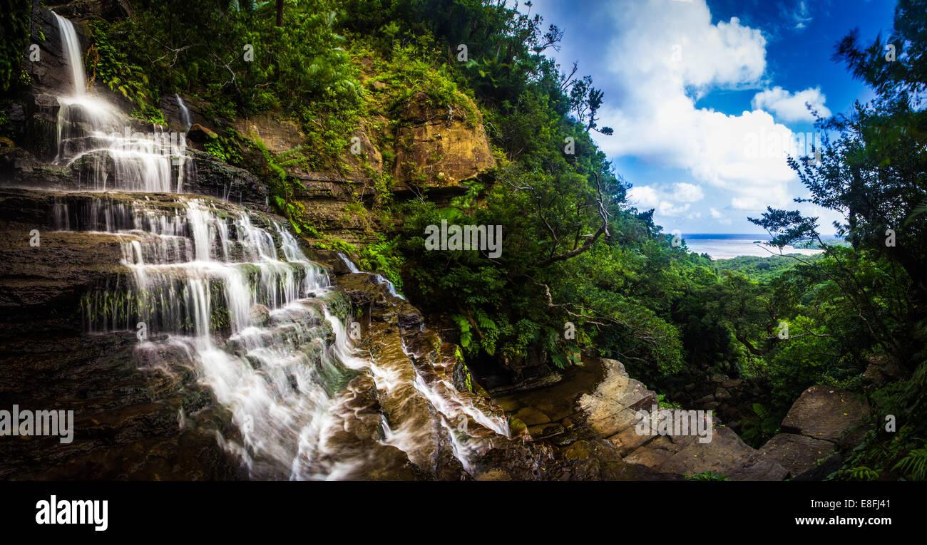 Cascades sur les roches, Okinawa, Japon Photo Stock