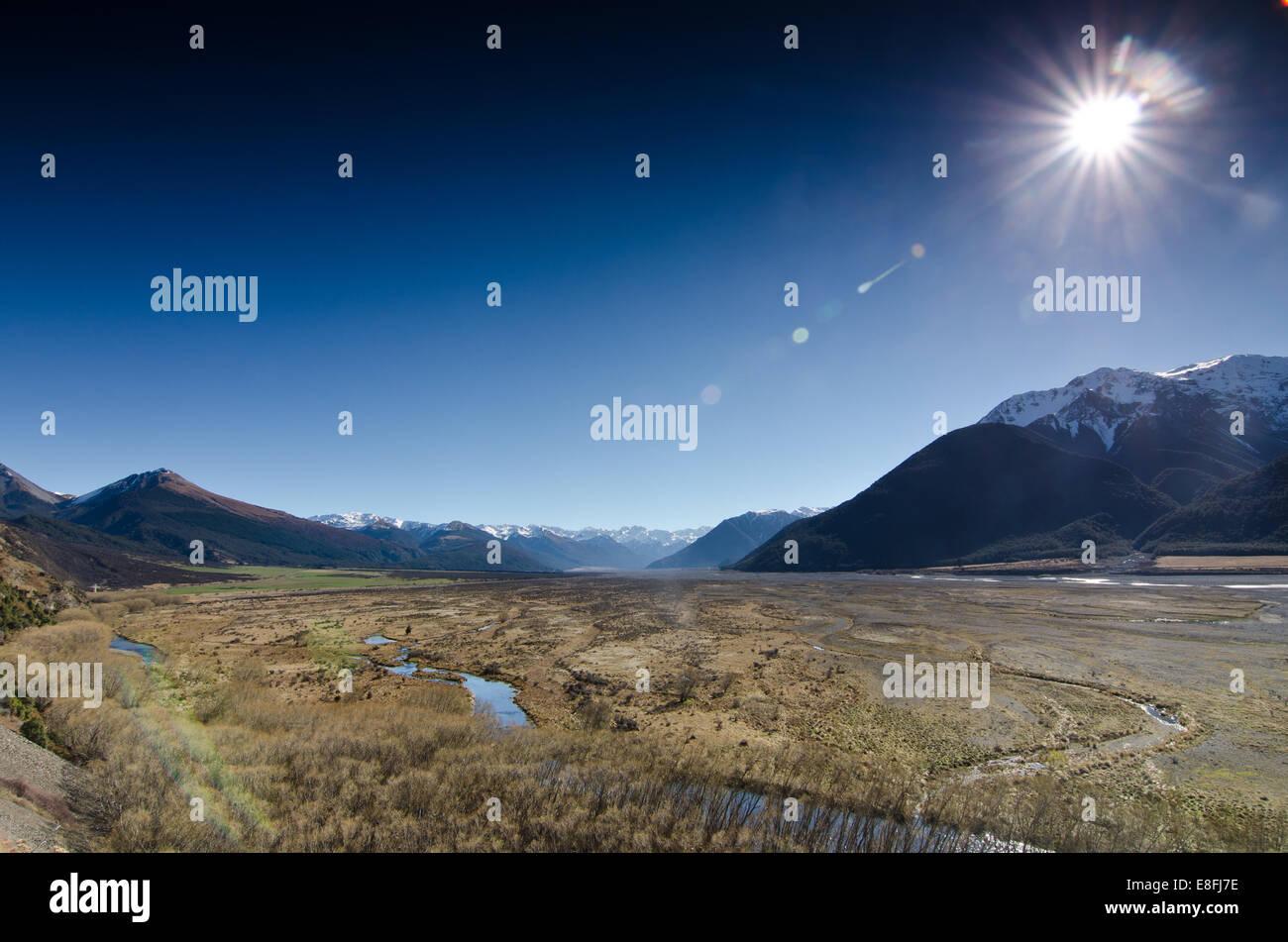 La NOUVELLE ZELANDE, Canterbury, Arthur's Pass, plaines sous la lumière du soleil Photo Stock
