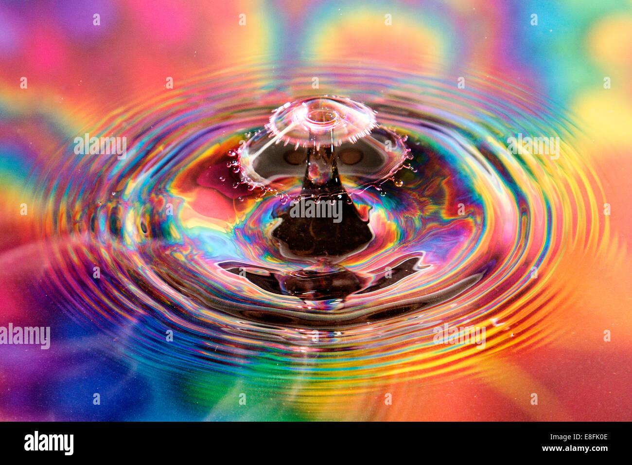 Goutte d'eau avec fond coloré Banque D'Images