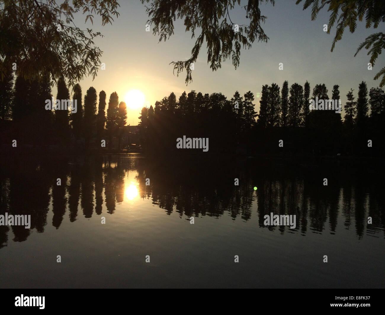 Coucher du soleil dans le lac Réflexions Photo Stock