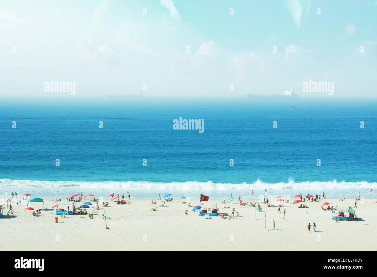 Brésil, Rio de Janeiro, Copacabana, les gens on beach Banque D'Images