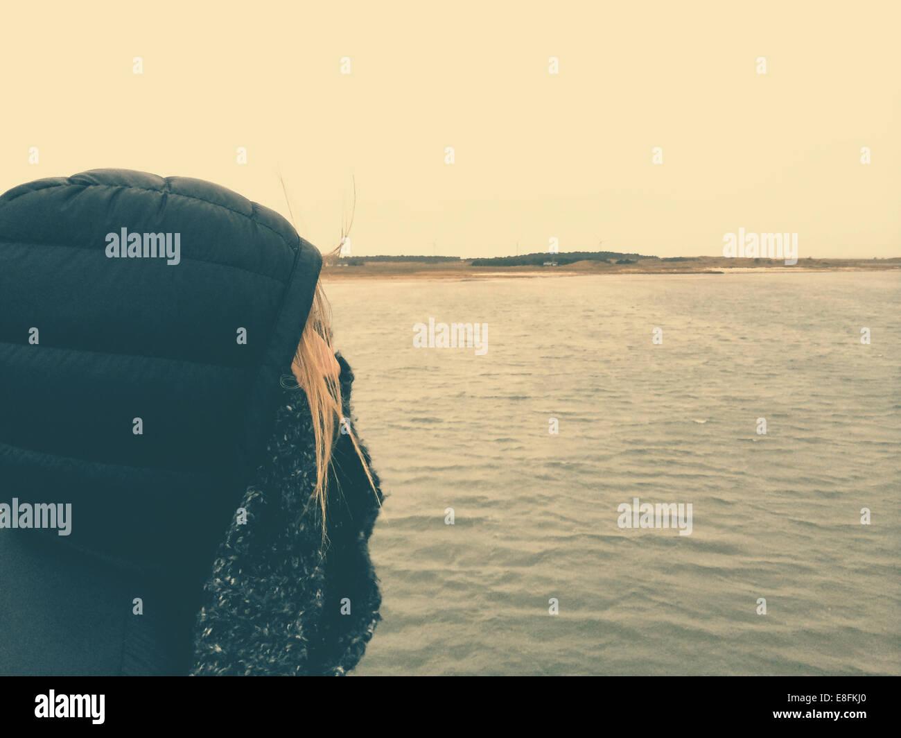 Danemark Femme en mer par temps froid l'hiver Photo Stock