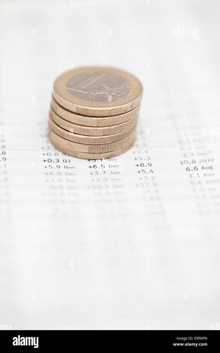 Pile de pièces en euros sur des données financières Banque D'Images