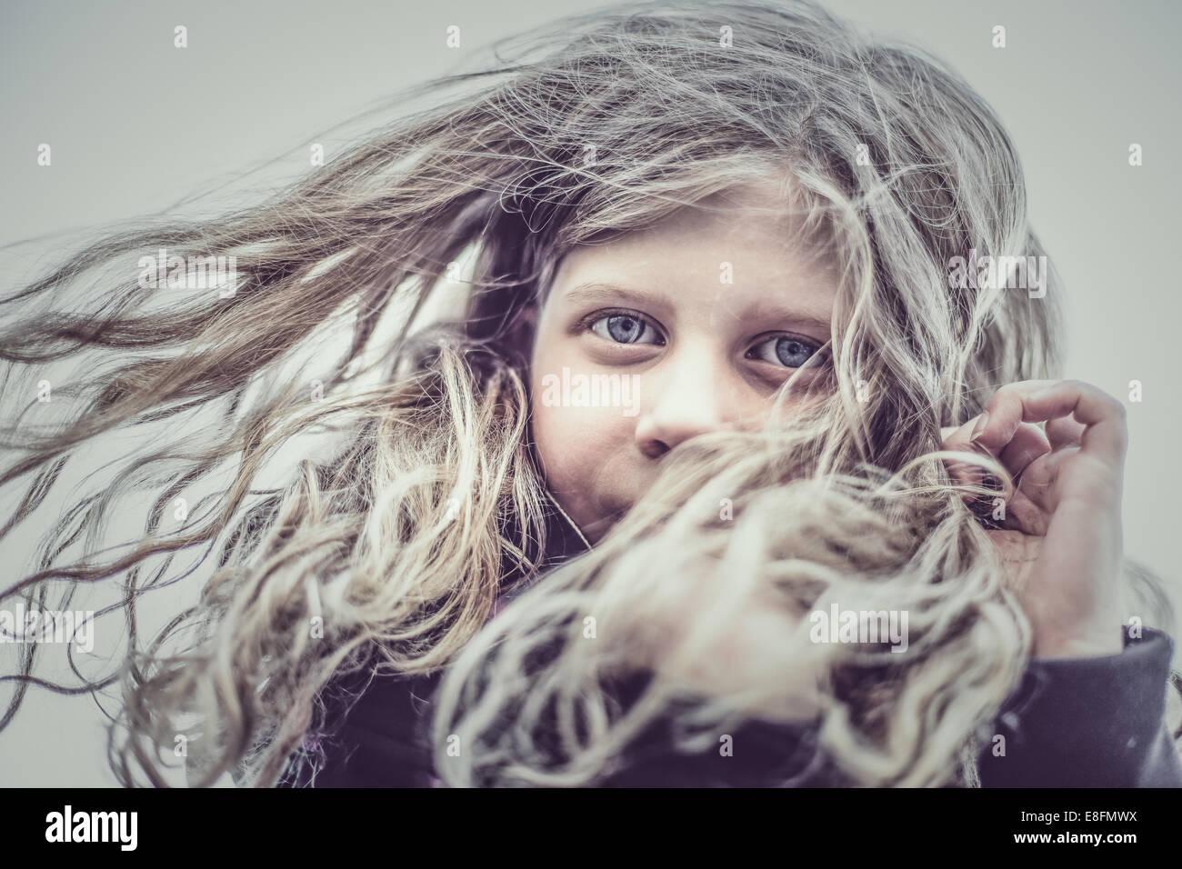 Portrait of Girl (8-9) avec les cheveux dans le vent Photo Stock