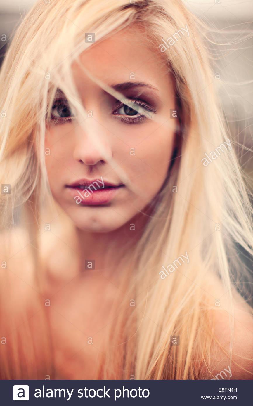 Portrait d'une belle femme blonde avec des cheveux en désordre Photo Stock