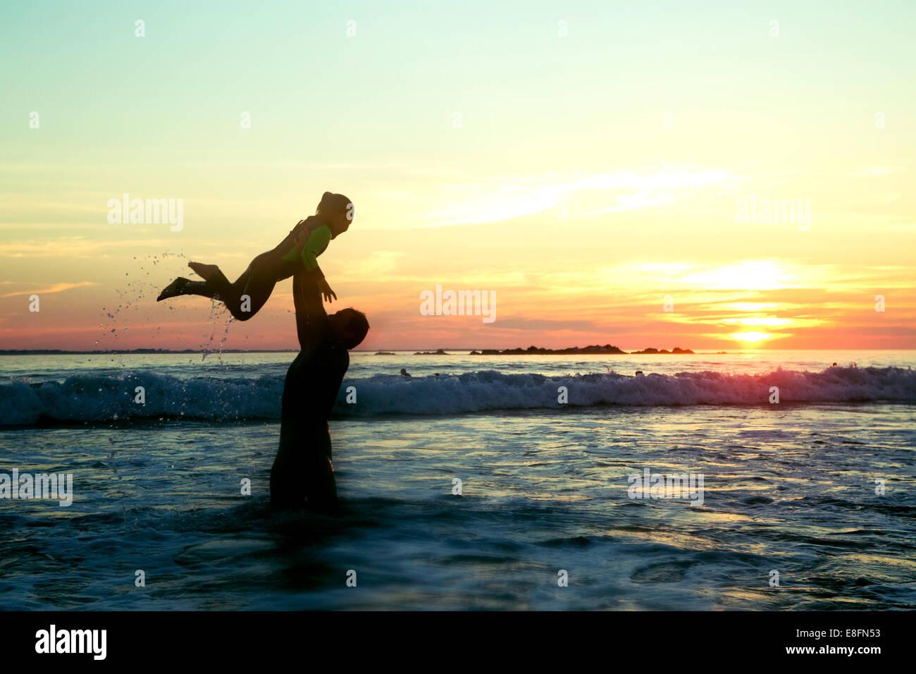 L'Afrique du Sud, Western Cape, Cape Town, Silhouette de père et fille (4-5) sur la plage au coucher du Photo Stock