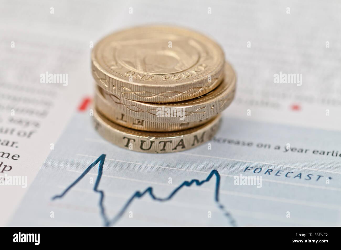 Pile de pièces livre sur les prévisions financières Banque D'Images