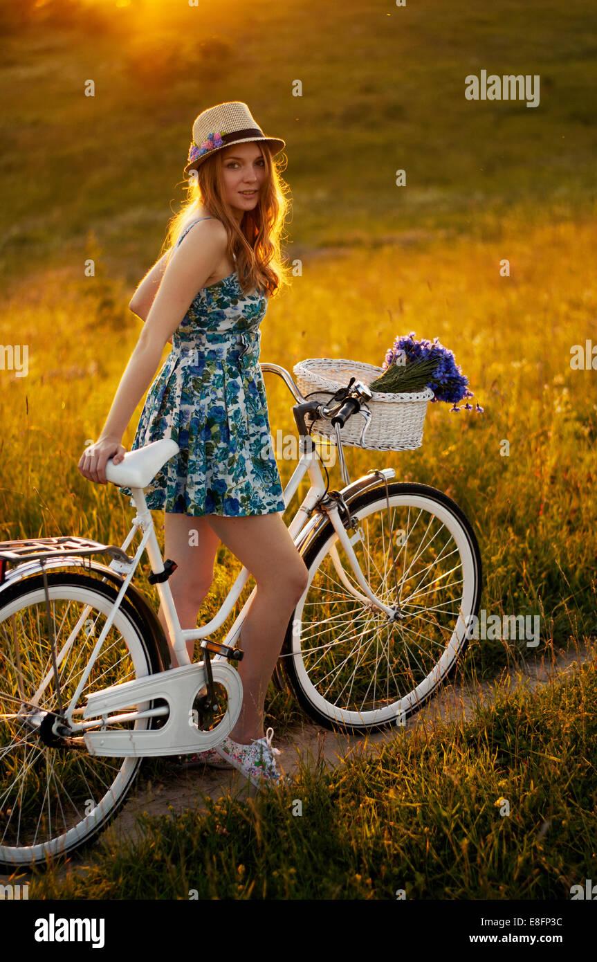 Les jeunes femmes adultes debout avec location Photo Stock