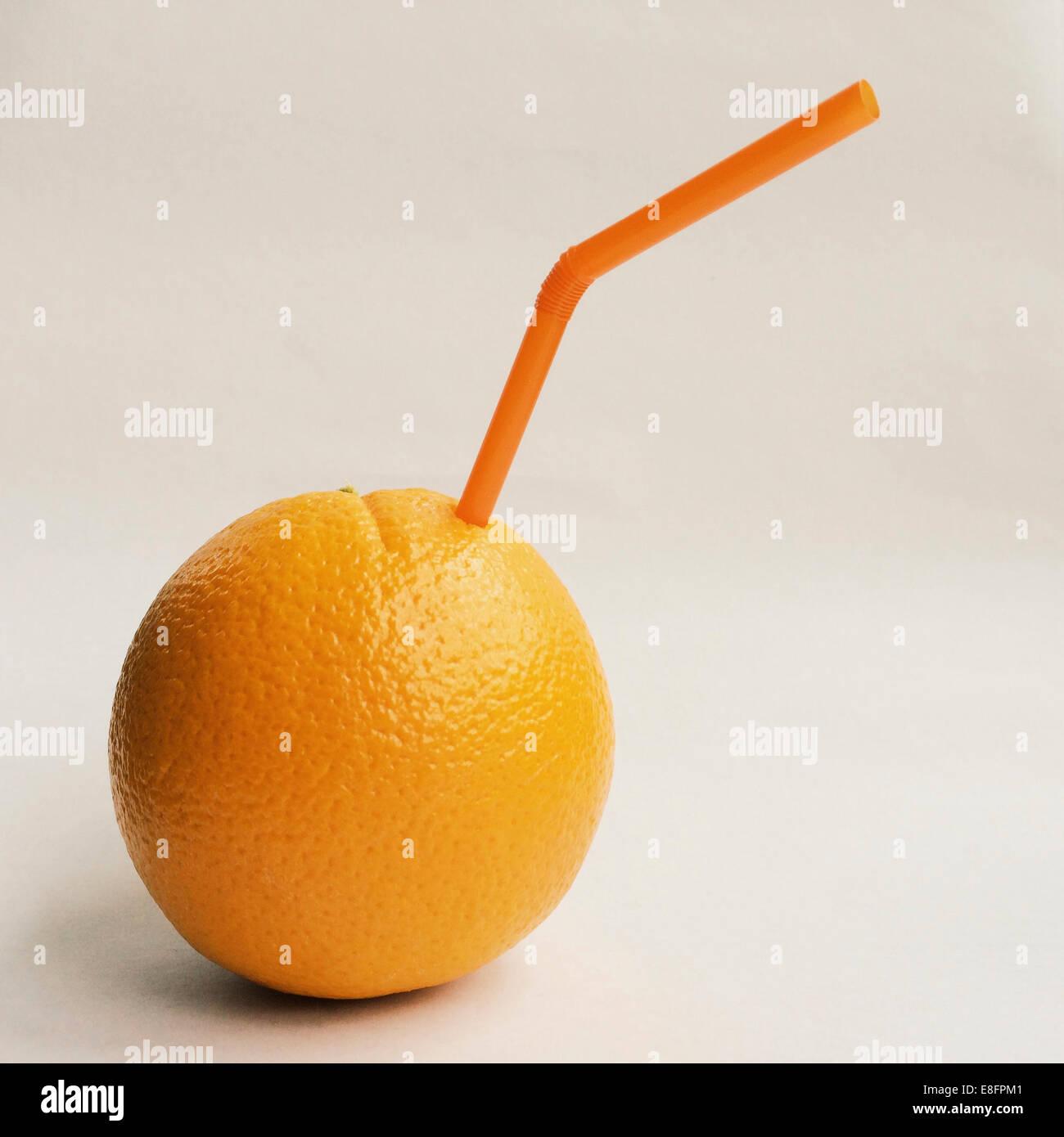 L'orange avec de la paille Banque D'Images