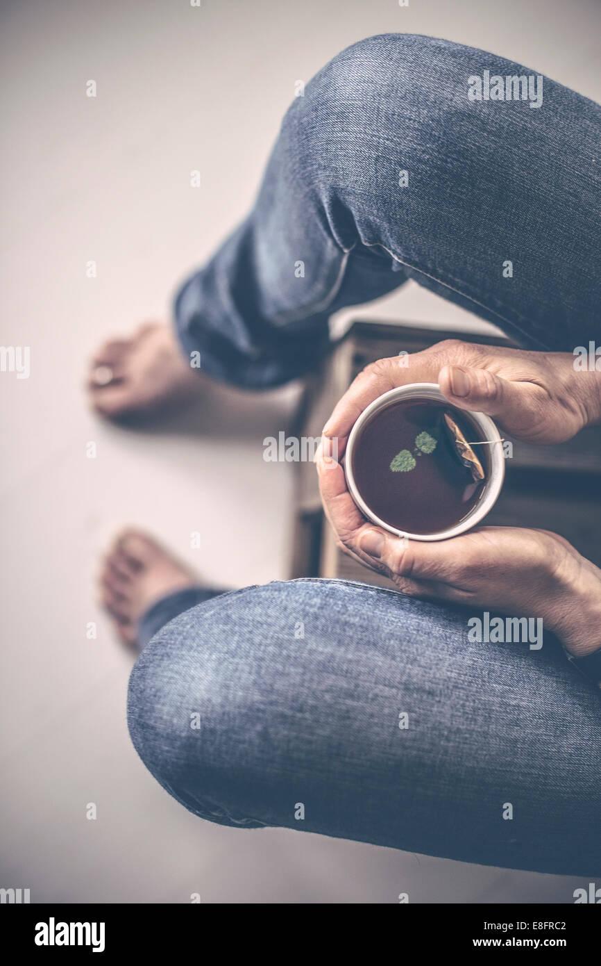 Vue de dessus de chèvre avec une tasse de thé Photo Stock