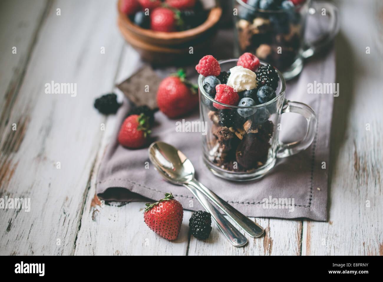 Chocolat, gâteaux, fruits rouges et crème Photo Stock
