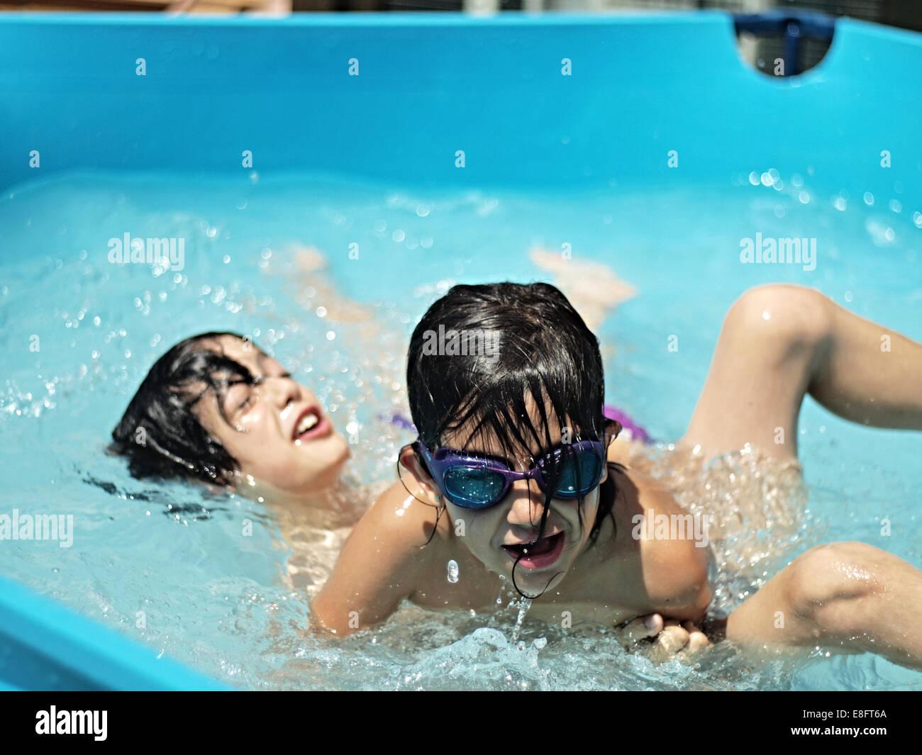 Deux garçons jouant dans la piscine Banque D'Images