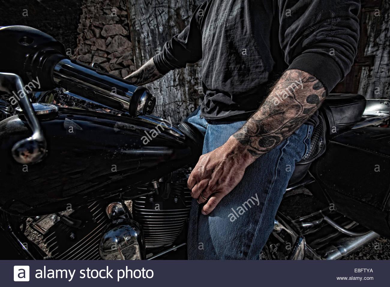 Avec L Homme Assis Sur La Moto De Tatouage Banque D Images Photo