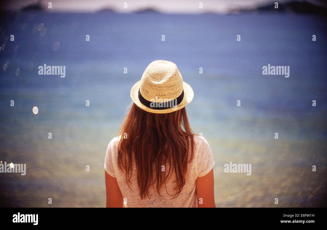 France, Nice, Beaulieu sur Mer, vue arrière de jeune femme à la recherche en mer Photo Stock