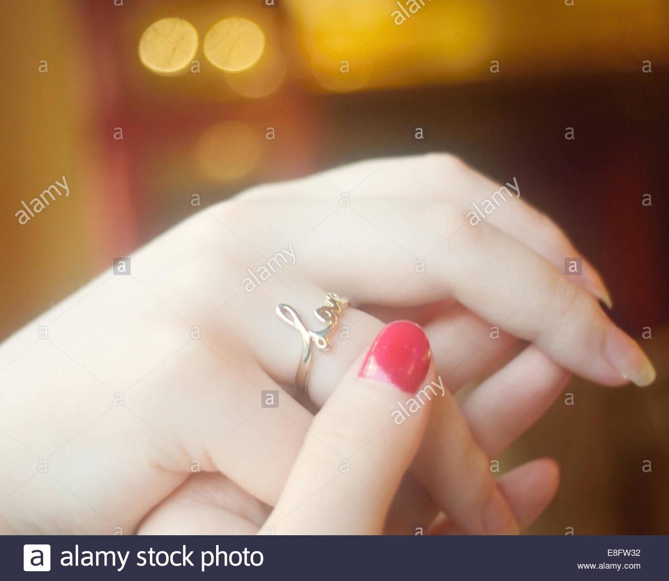 Voir des mains avec anneau d'amour Photo Stock