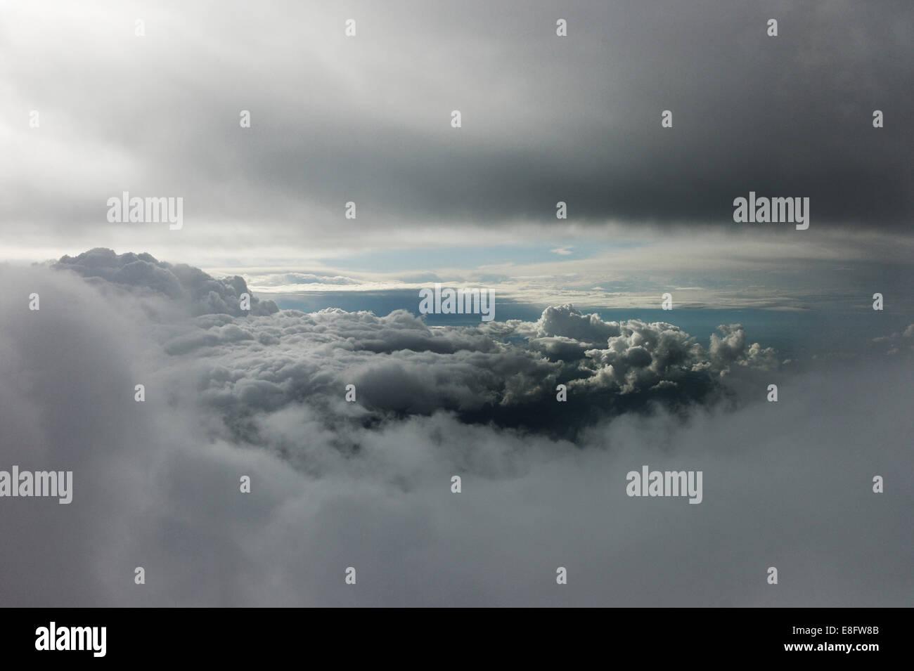 Écart dans les cumulonimbus orageux montrant ciel clair Photo Stock