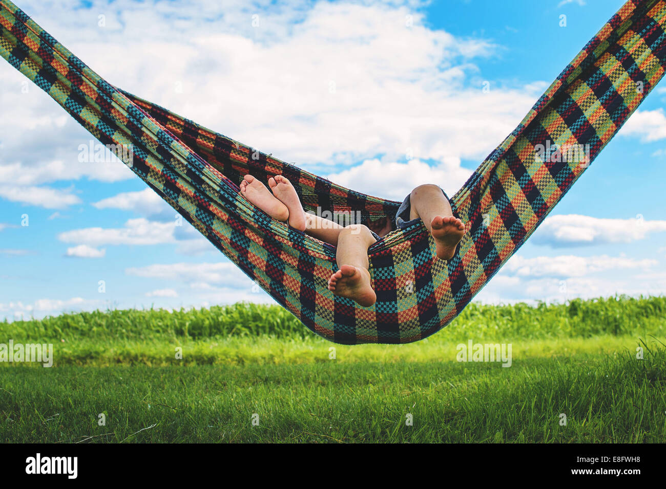Enfants (2-3) relaxing in hammock Photo Stock