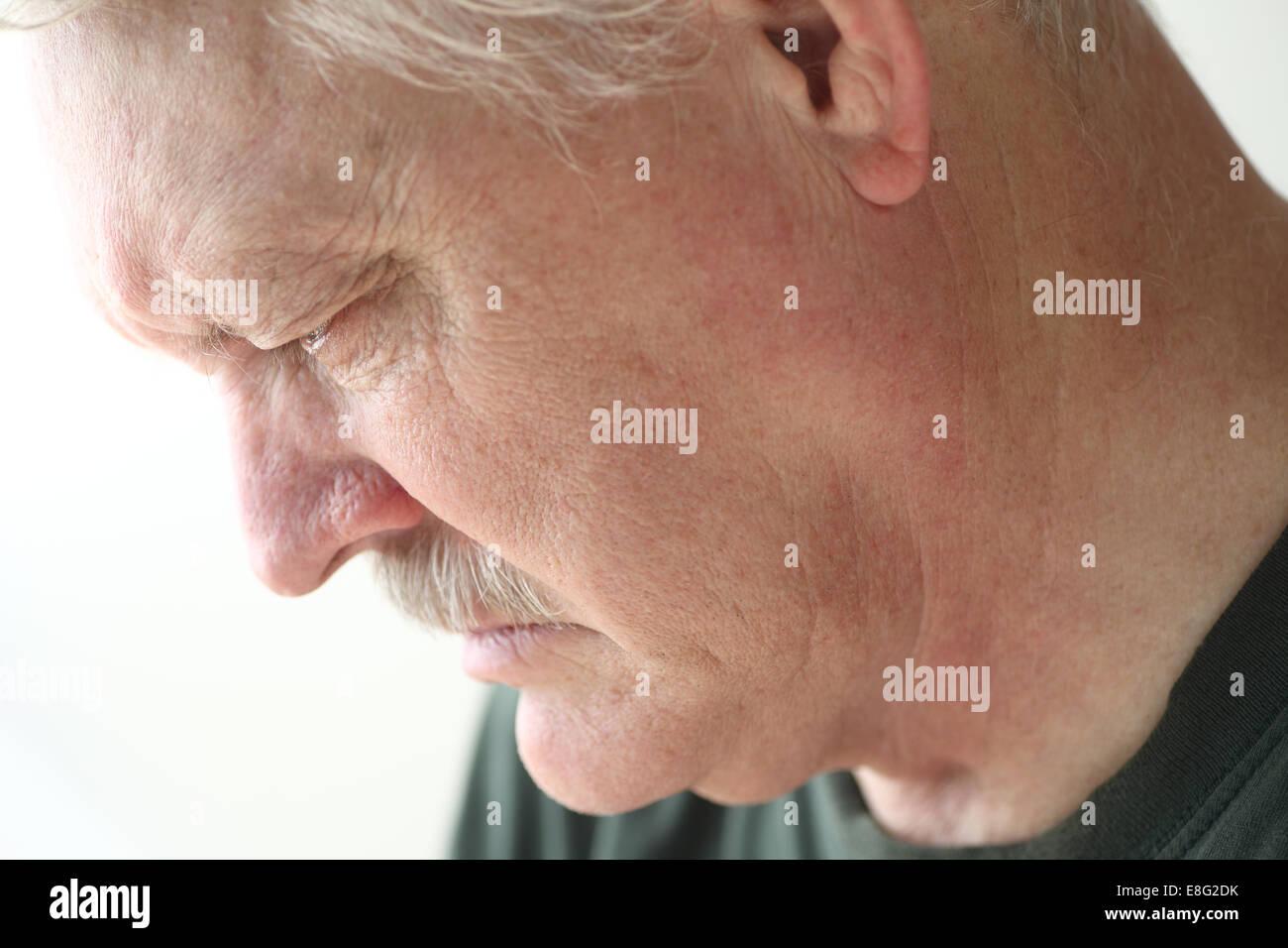 Downcast senior avec une expression de tristesse, de dépression ou de chagrin Photo Stock