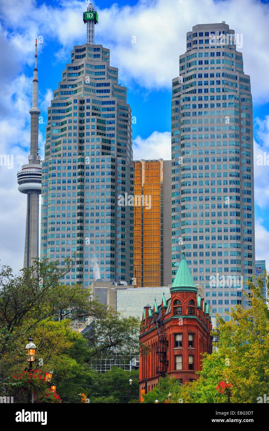 L'immeuble Gooderham (Flatiron Building) en contraste avec les bâtiments du centre-ville moderne, Toronto, Photo Stock