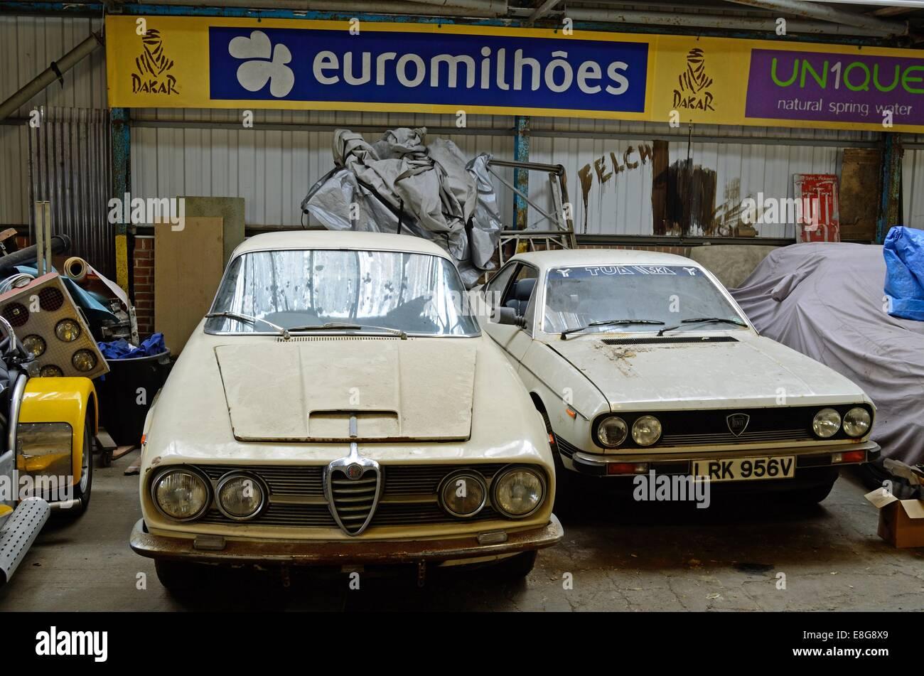dune-alfa-romeo-et-lancia-beta-debout-dans-un-atelier-garage-en-desordre-e8g8x9.jpg