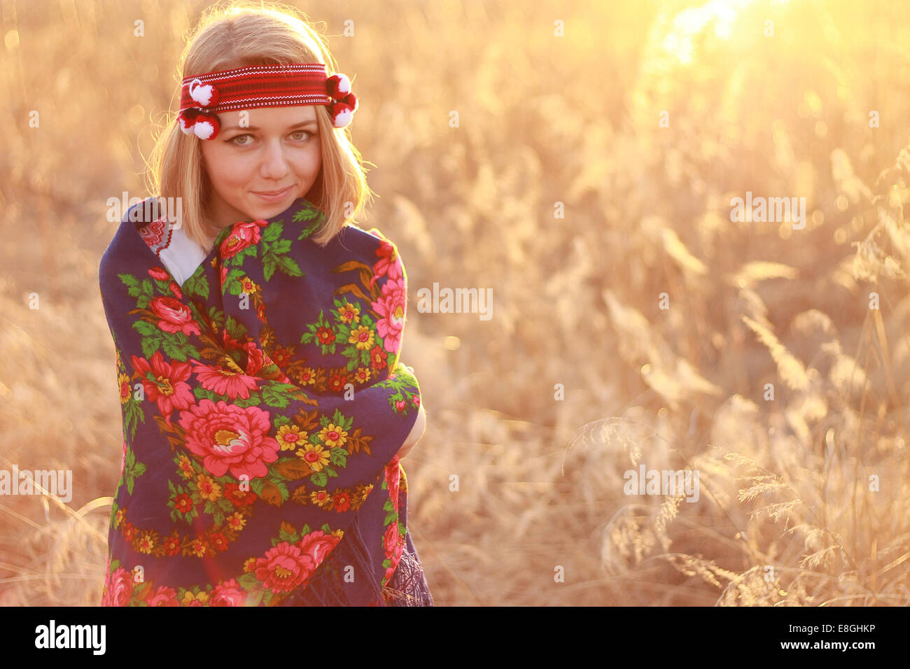 Portrait de jeune femme portant un châle traditionnel Photo Stock
