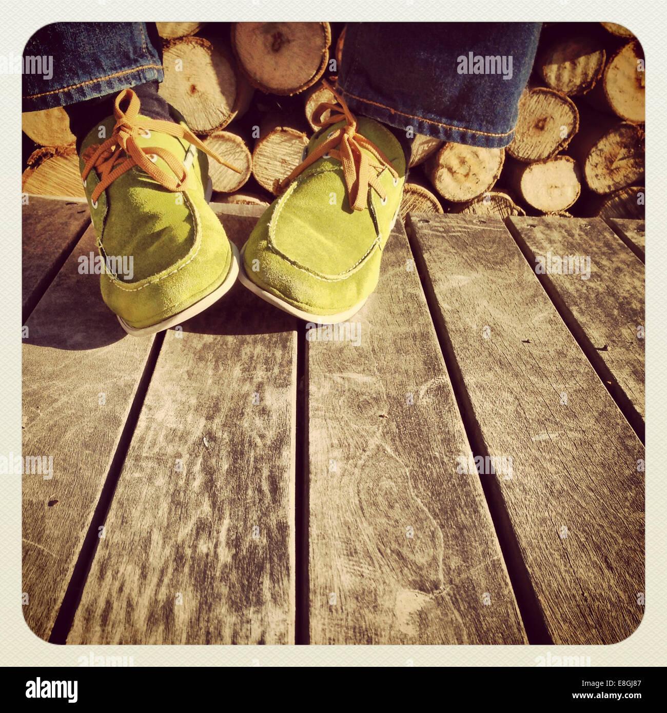 Portrait d'un homme portant des chaussures en daim vert Photo Stock