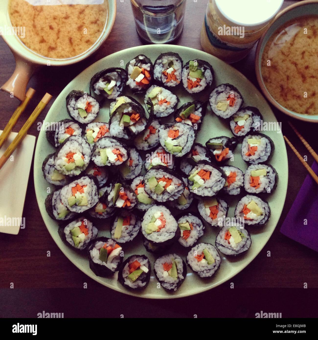 Des sushis végétariens avec soupe miso Photo Stock