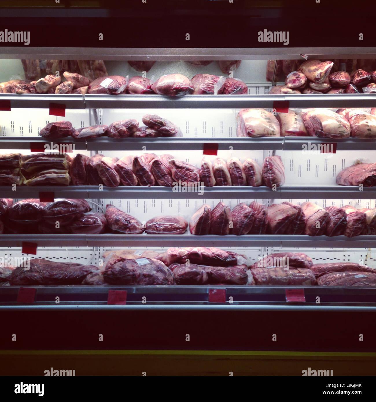 Close-up de la viande dans un supermarché d'un réfrigérateur Photo Stock