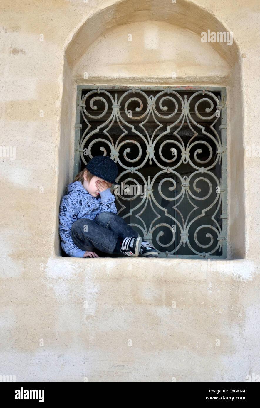 Stockholm, Suède un triste et fatigué garçon dans une fenêtre Vault un jour d'été Photo Stock
