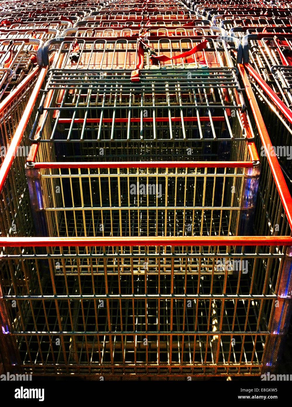 Rangée de chariots de magasinage Photo Stock