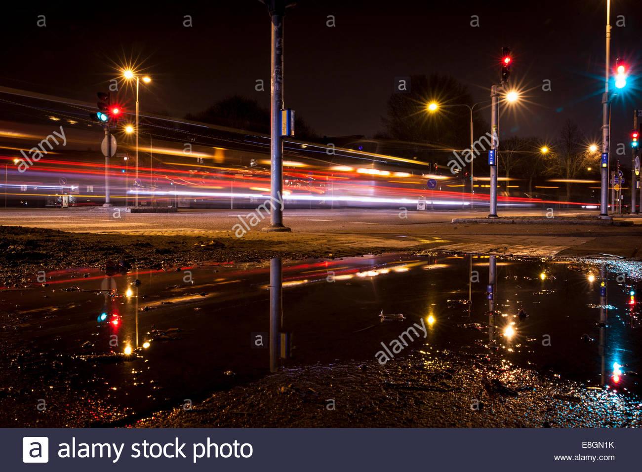 Sentiers de feux de circulation sur la rue la nuit Photo Stock