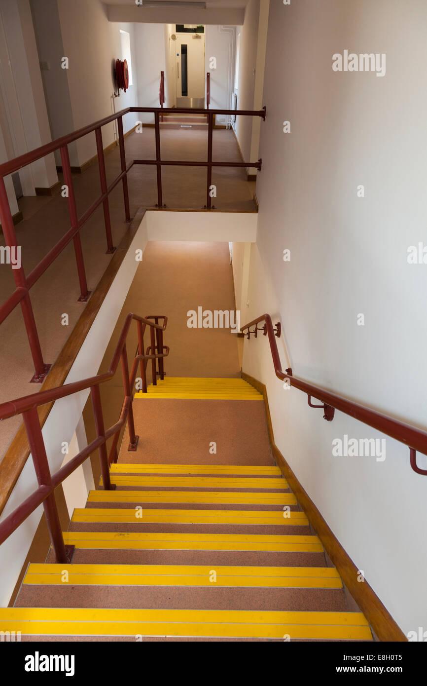 À la descente d\'escaliers à l\'intérieur du bâtiment Banque D\'Images ...