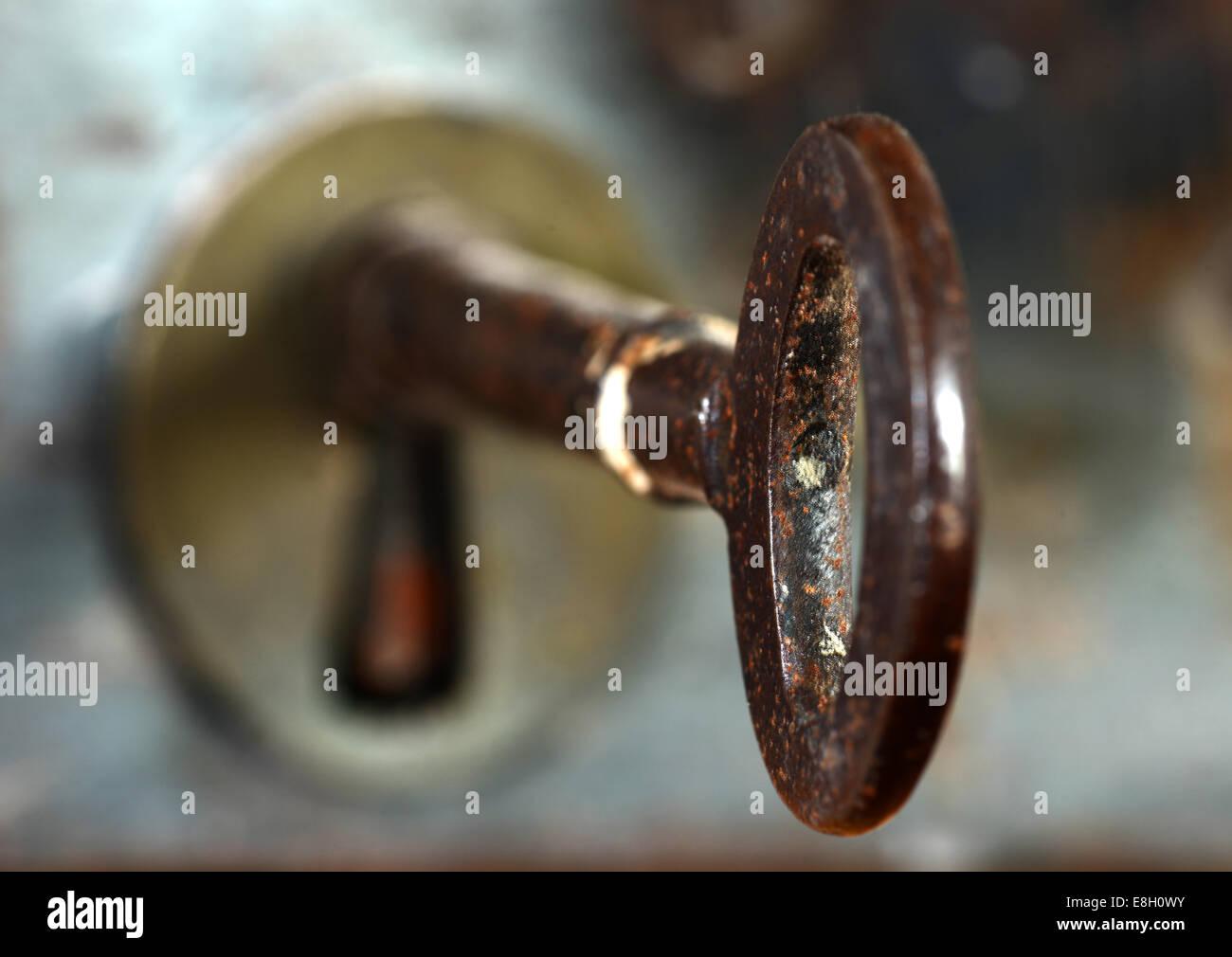 Ancienne clé dans une serrure de porte Photo Stock