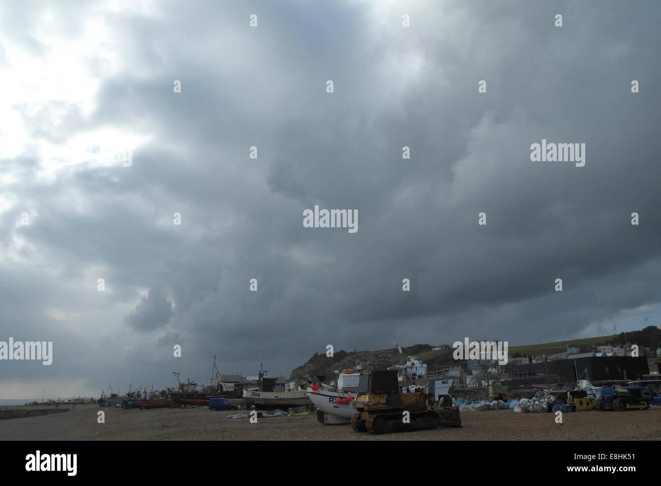 Hastings, Royaume-Uni. 8 octobre, 2014. Temps orageux sur la plage pêche Stade Hastings, East Sussex, UK. Banque D'Images