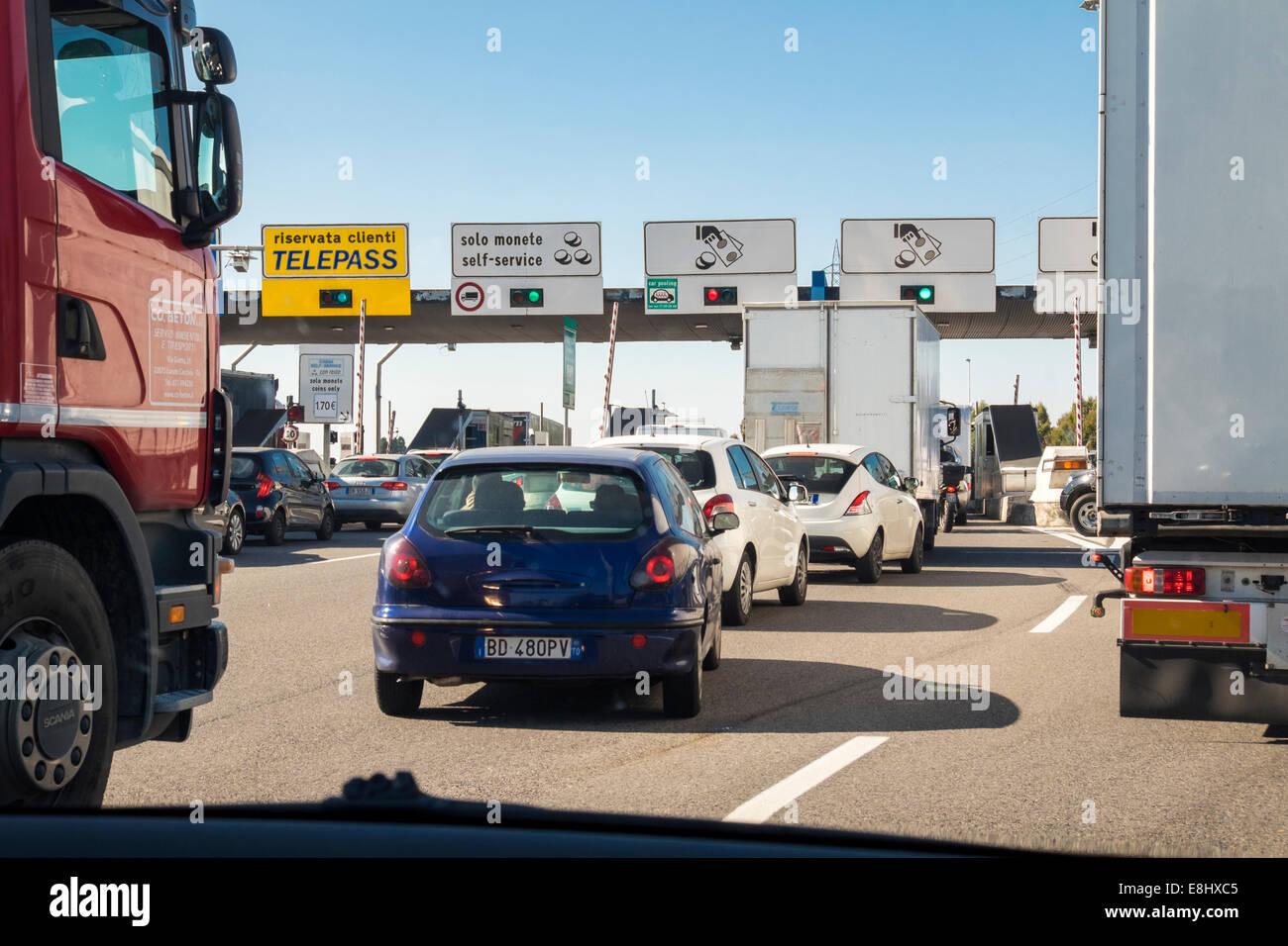 Véhicules d'attente à péage autoroute italienne Photo Stock
