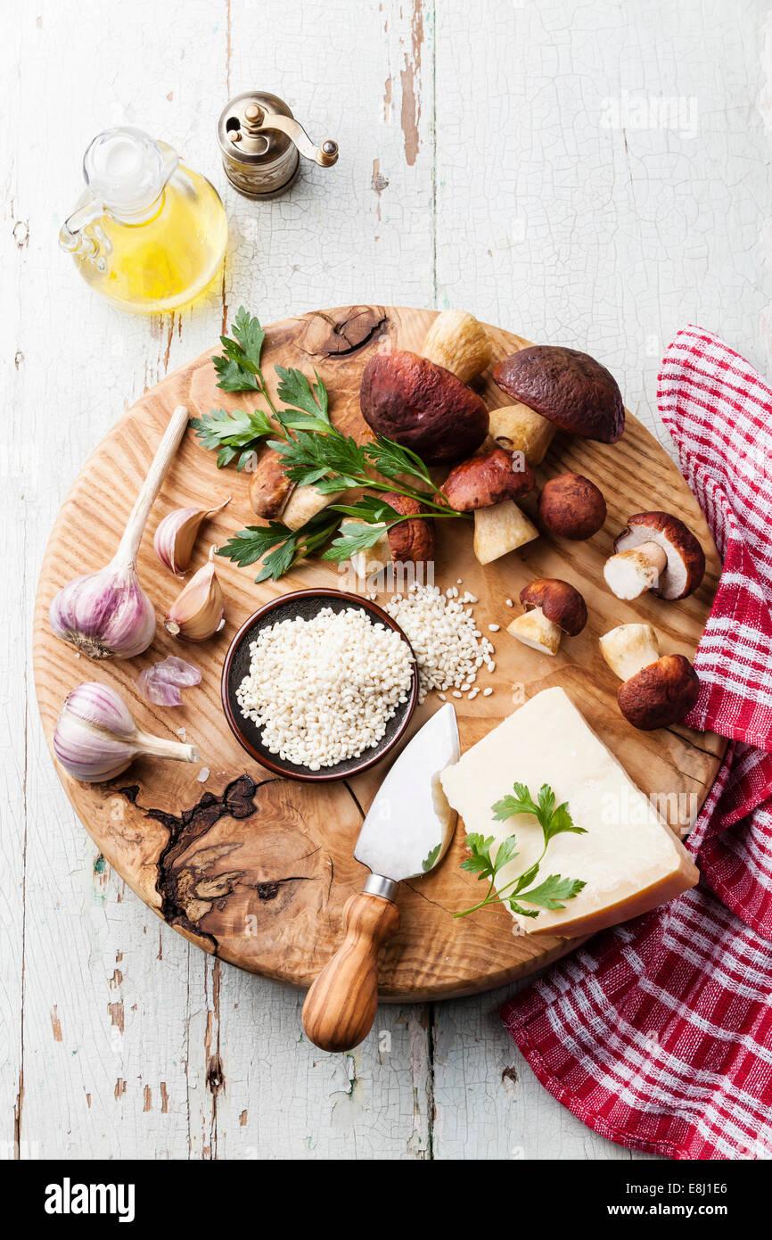 Ingrédients pour le risotto aux champignons sauvages sur fond de bois Photo Stock