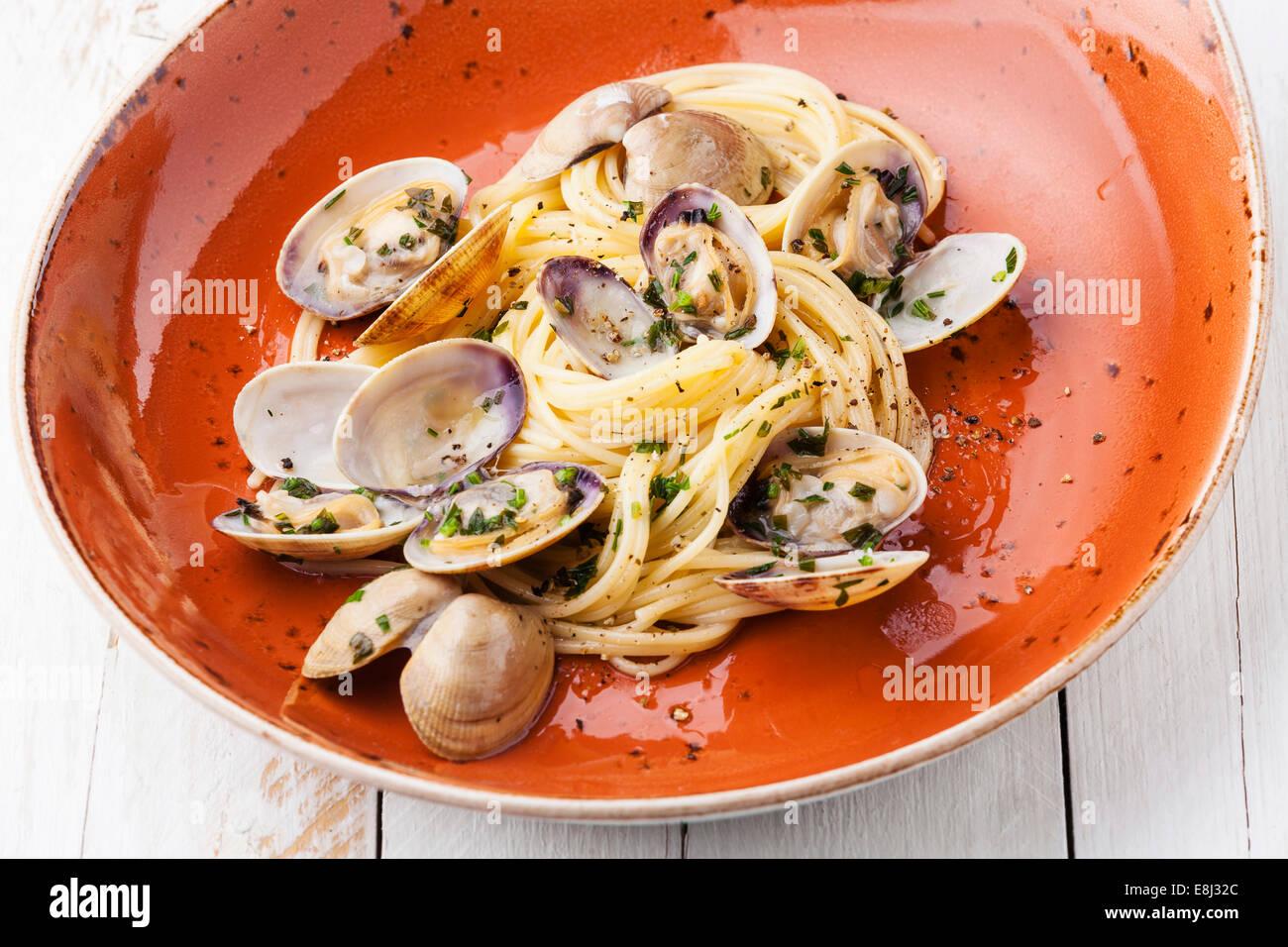 Pâtes aux fruits de mer Spaghetti alle vongole avec palourdes sur plaque orange Photo Stock