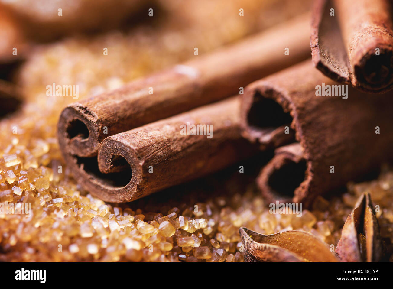 Épices cannelle sur tas de sucre brun. Voir la série Photo Stock