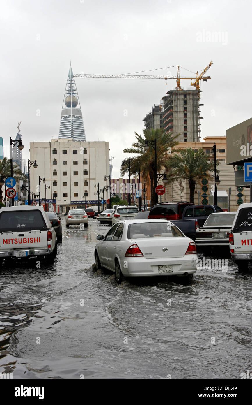 Une voiture conduit par le biais de l'eau de pluie dans les rues de Riyadh, Arabie Saoudite Photo Stock