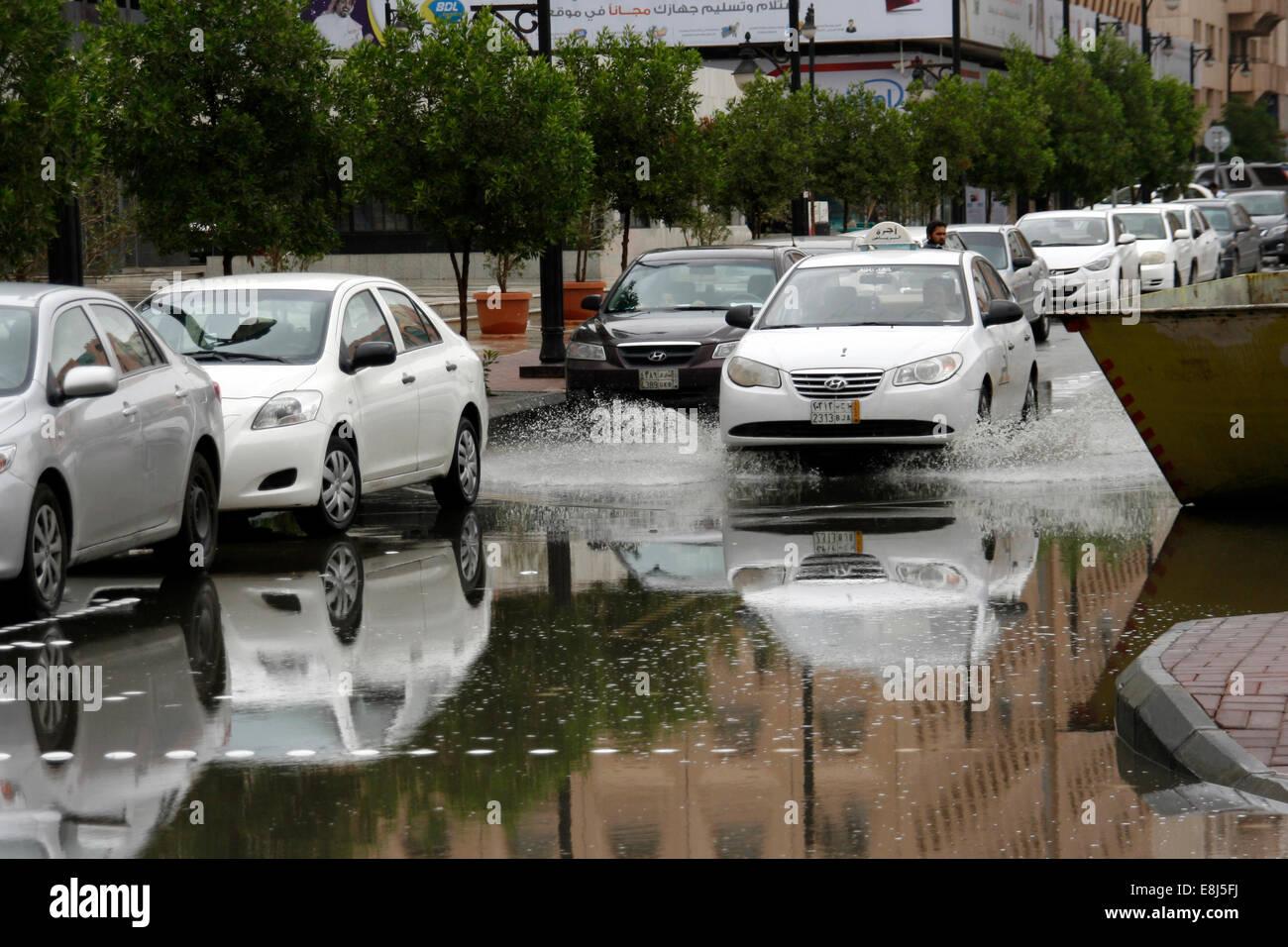 Un taxi conduit par l'agglomération de l'eau de pluie dans les rues de Riyadh, Arabie Saoudite Photo Stock